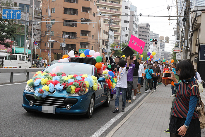パレード先頭の車は可愛い飾りつけ♪