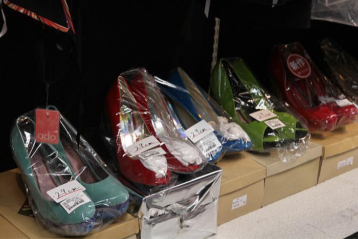 サイズの大きい女性用の靴は男性が女装するためのアイテム。